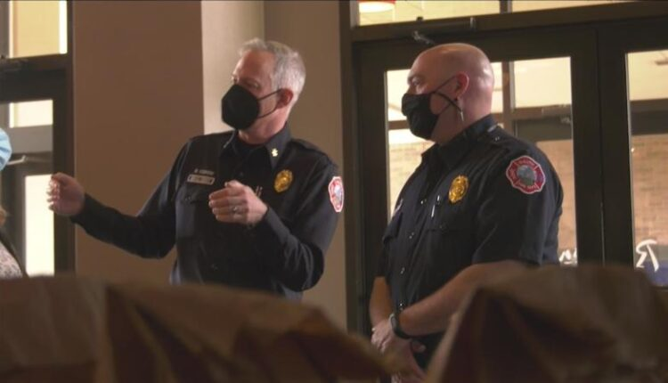 Duluth_Radisson_thanks_local_police_officers_amp_fire_fighters-syndImport-111743.jpg